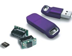 Kleiner Chip, großer Sicherheitsgewinn: Der Schutz-Key Sentinel HL schützt Software zuverlässig, da zu keinem Zeitpunkt entschlüsselter Code abgreifbar ist. Das Bild zeigt mehrere Varianten der Lösung: Als Chip, als Board und als USB-Stick.