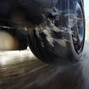 Nasse Fahrbahn: Immer noch eine Herausforderung für Reifen.