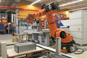 Der Roboter erkennt selbst, wo er das Biegeteil aufnehmen kann und muss weder programmiert noch geteacht werden.