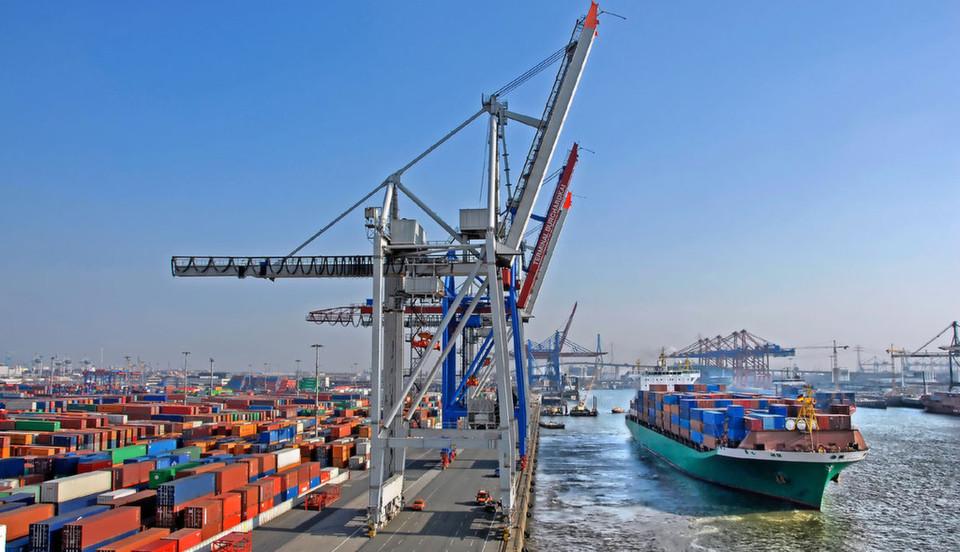 In Containern lebt die Anwendung mit ihren Abhängigkeiten; die Granularität ermöglicht eine größere Flexibilität bei der Anwendungsgestaltung, zusammen mit DevOPs-Methoden eine schnellere Entwicklung und Überarbeitung sowie eine bessere Auslastung der Systeme.
