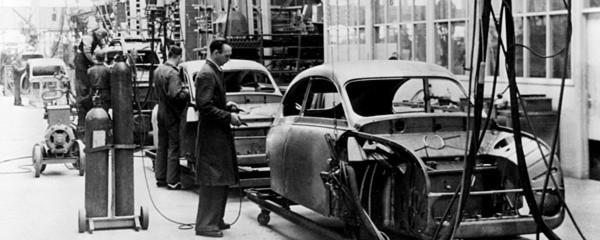 Henry Ford ließ als erster Autos in Millionenauflage vom Band rollen. Die industrielle Massenfertigung realisierte den Traum vom Volksauto. Alptraumhaft erschienen Kritikern dagegen die Arbeitsbedingungen in den Produktionsanlagen.
