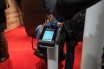 Um Zugang zu bekommen, muss erst ein biometrischer Scanner den Administrator identifizieren.