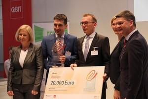 Gruppenfoto der Preisübergabe: Bundesforschungsministerin Prof. Dr. Johanna Wanka, Markus Weber, Volker Schilling, Prof. Dr. Gesche Joost und Oliver Frese (v.l.n.r.)