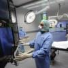 Der Chirurg operiert mit Roboterarmen