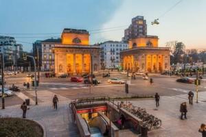 Straßenbeleuchtung in Mailand: Das Porta Venezia erstrahlt schon in der Dämmerung im Licht von LEDs.