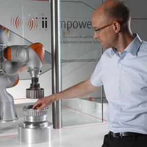 Der Leichtbauroboter reagiert sensibel auf menschliche Interaktion und ist über präzise Bewegungen sowie seine speziellen Wahrnehmungstechnologien in der Lage, komplexe Aufgaben über präzise Automationsbewegungen sicher durchzuführen.