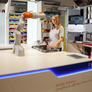 """""""Automated Item Pick""""erweitert die vollautomatischen Ware-zur-Person-Kommissionierlösungen Carrypick und Autostore von Swisslog um einen interaktiven Mensch-Roboter-Arbeitsplatz."""