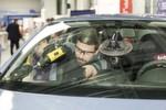 KS Autoglas demonstrierte live den Austausch einer Frontscheibe an einem Opel Corsa.