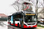 """Auftanken"""" an Start- und Endhaltestelle: Beim dieselelektrischen Plug-in-Hybrid-Bus Volvo 7900 Electric Hybrid übernimmt dies ein sogenannter """"Phantograph"""". Der setzt sich von oben auf die Ladeschiene des Daches und lässt Strom in die Akkus fließen. Der Stadtbus fährt rein elektrisch 7 km auf der 9,3 km langen """"Innovationslinie 109"""", bevor der Dieselmotor wieder den Antrieb übernimmt."""