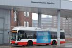"""Tanken vor dem Start: Der emissionsfreie Elektrobus Mercedes-Benz Citaro F-Cell-Hybrid kommt von Daimler Buses. Wasserstoff-Brennstoffzellen, die sogenannten """"Fuel Cell"""", versorgen die Elektromotoren mit Strom. Mit gasförmigem Wasserstoff (H2) und Sauerstoff (O2) aus der Außenluft erzeugen die Brennstoffzellen den Strom für die Fahrmotoren. Nur etwas Wasserdampf strömt als Hinterlassenschaft aus dem Auspuff."""