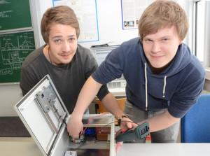 Test: Florian Wegener (l.) und Christan Schmidt prüfen die für ihren E-Bike Charger entwickelte Hardware.