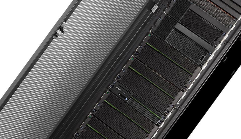 """Der Server IBM E880 wurde auf 192 Cores erweitert und ist gedacht für Anwendungen wie """"IBM DB2"""" in Kombination mit """"BLU Acceleration""""."""
