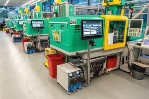Produktionssteuerung: Der Maschinenpark der Kunststoffspritzerei des Hörgeräteherstellers ist mit eigens angebrachten 23 Zoll großen Touch-Displays ausgestattet.