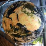 Über dem Haupteingang des Tagungszentrums hängt eine überdimensionale Weltkugel.