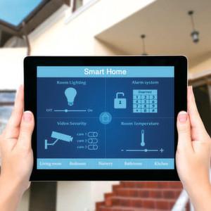 Das Smart Home mit dem Tablet steuern: Bei aller Bequemlichkeit – über das Internet ansteuerbare Geräte sind im Wesentlichen Computer, die gehackt werden können. Die Gefahr, die in solchen Geräten steckt, wird derzeit noch unterschätzt.