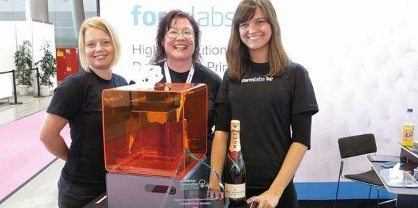 Strahlende Gesichter: Die Damen von Formlabs freuen sich über den Gewinn des 1. Innovationswettbewerbs der Medtec-Aussteller für ihren 3D-Drucker.