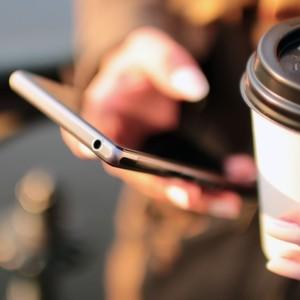 Jeder Zweite erledigt mit dem Smartphone Berufliches bei privaten Treffen