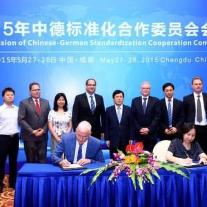 Vertragsunterzeichnung Ende Mai in Chengdu, China. Im Bild: Reinhold Pichler (li.), Leiter des DKE ExcellenceCluster Industrie 4.0 im VDE, und Wang Li (re.), Vice Director bei SAC.