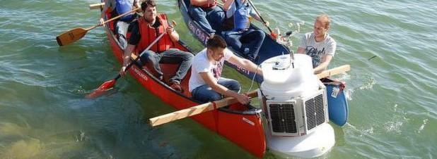 Eine Smoje wird ins Wasser gelassen: Die intelligenten Bojen wurden von der Berner Fachhochschule entwickelt.