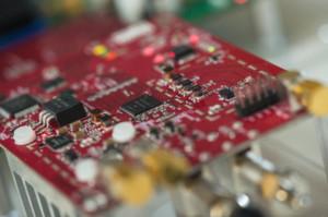 Mit dem von Forschern der Rice University entwicklten WATCH-System ist es möglich, Daten schnurlos über das UHF-Frequenzband (speziell Band IV und V) zu versenden, ohne dabei laufende TV-Übertragungen zu stören.