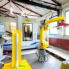 Roboter Lucy bildet mit Drückmaschine ein produktives Team