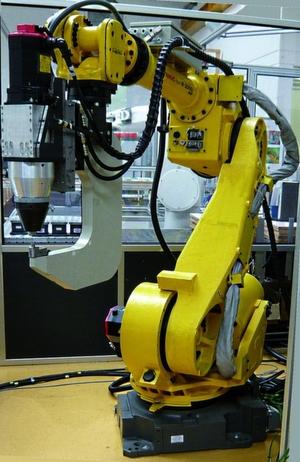 Bild 1: Knickarm-roboter mit zusätzlicher hydraulischer Fügeachse.