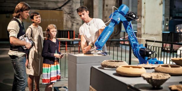 Motoman-Roboter schafft Kunstwerke aus Sand