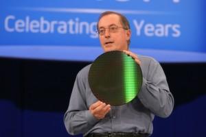 Intel-Präsident und CEO Paul Otellini auf dem IDF mit einem Wafer für Penryn-CPUs.
