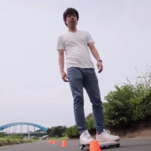 Elektrisches Skateboard in Notebook-Größe erreicht bis zu 10 km/h