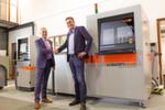 Geschäftsabschluss zwischen Jan Floor van Egmond, Direktor von Landré und Erik Blok, CEO der Blok Group (v.l.n.r.) im Showroom von Landré.
