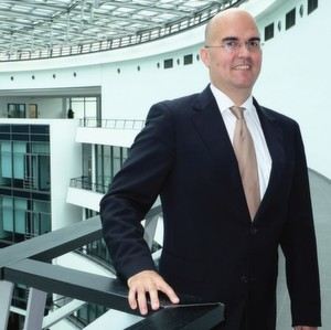 """Dr. Christian Patron, Leiter Digitalisierung Produktion, BMW Group: """"In der Automobilindustrie sind viele Dinge, die mit dem Label Industrie 4.0 versehen werden, bereits Realität."""""""