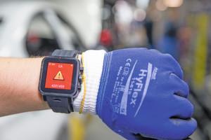 Kontextsensitive Assistenzsysteme: Smartwatches alarmieren den Mitarbeiter, wenn sich ein Fahrzeug mit außergewöhnlichen Anforderungen nähert.