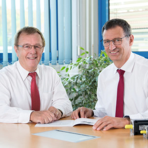 Die erweiterte Geschäftsführung von Fertig Motors: Erwin Fertig (l.) übergibt die operative Geschäftsführung an Dietmar Hamberger, verbleibt aber in der Geschäftsführung des Unternehmens.