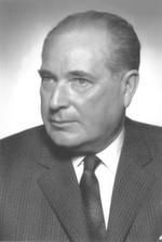 Im Jahr 1925 gründete Gustav Beck das Unternehmen und startete mit Werkzeugmaschinen und dem Verleih von schweren Hebezügen.