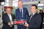 Glückwünsche aus Köln: Wolfgang Kopplin, Geschäftsführer Marketing und Vertrieb der Ford-Werke GmbH (Mitte), gratulierte dem langjährigen Partner Wilfried Opitz und Sohn Enrico.