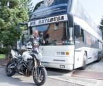 Statt Motorradausrüstung ist Mr. Hayabusa mit Schwimmanzug auf den Straßen unterwegs.