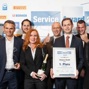 Freude über Platz eins in der Kategorie Pkw des Service Awards 2015: Mitarbeiter des Autohauses Jürgens.