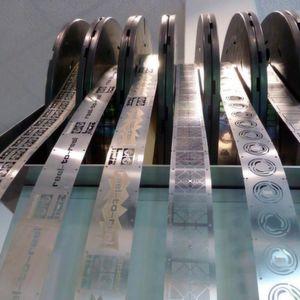 Mit Reel-to-Reel-Technik können große Serienmengen in Bändern bis 200 m Länge geätzt werden.