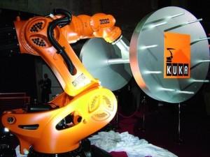 Der Titan unter den Robotern: Kuka präsentiert in Tokio mit dem KR 1000 titan den derzeit stärksten Industrieroboter.