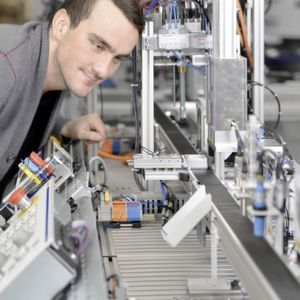 Für Berufs-und Hochschulen sowie Ausbildungsstätten in Industriebetrieben hat Rexroth das neue Mechatronik-Trainingssystem mMS 4.0 entwickelt.