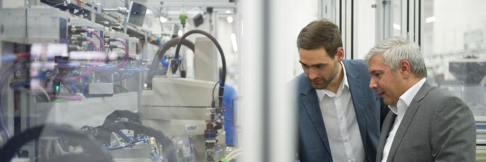 Siemens päsentiert seine Produktneuheiten auf der SPS IPC Drives 2015: Zum Beispiel können Unternehmen mit den Simatic Migration Services ihre Automatisierungssysteme durch den Umstieg auf aktuelle Simatic Technologien zukunftssicher machen.