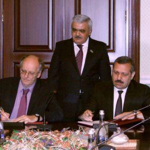 v.l.n.r.: Andreas Pörner, Geschäftsführer von Pörner, Rovnag Abdullayev, Präsident von Socar, Elman Ismayilov, Raffineriedirektor, bei der Vertragsunterzeichnung.