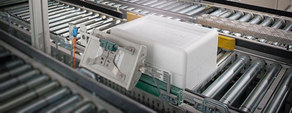 Ein Code, ausgelesen über Scanner, verrät den Maschinen in der automatisierten Produktion, wie das Produkt zusammengesetzt wird – bis zur Verpackung und in Losgröße 1. Dazu wird die individuelle Bedienungsanleitung geliefert.