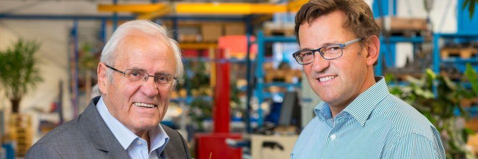 Bernhard (l.) und Johannes (r.) Oswald in der Montage der Oswald Elektromotoren. Das Unternehmen ist einer der führenden Torquemotorenhersteller von 100 Nm aufwärts. 2015 hat Oswald seine Torquemotorenreihe nochmal nach oben erweitert.