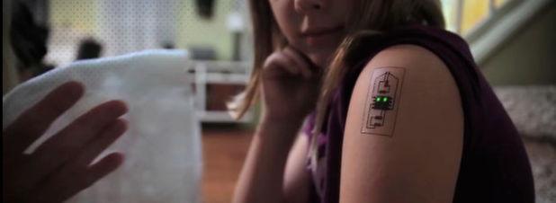Leiterplatten als temporäre Tattoos: Ein Verbund an Biosensoren, einem Mikrocontroller und einem Bluetooth-Low-Energie-Modul wird mittels leitfähiger Tinte zu einem geschlossenen System verbunden und auf die Haut geklebt.