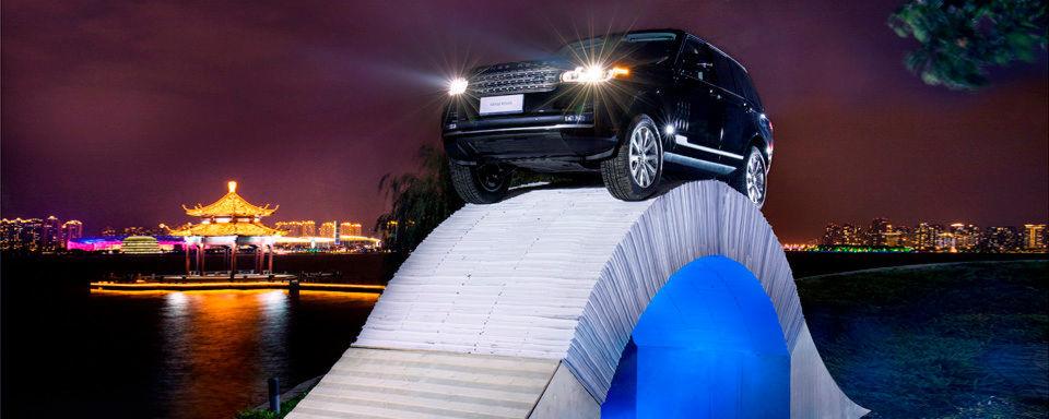 Kunstaktion: Range Rover auf der Papierbrücke