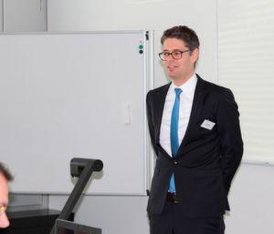 """Gastgeber Fabian Stadler, Generalsekretär des Dachverbands der Schweizer Medizintechnik FASMED: """"In Europa und damit auch in der Schweiz ist die Einführung von UDI mit der Neuregulierung von Medizinprodukten (MDR/IVD) verknüpft, die voraussichtlich im 2. Quartal 2016 veröffentlicht wird."""""""