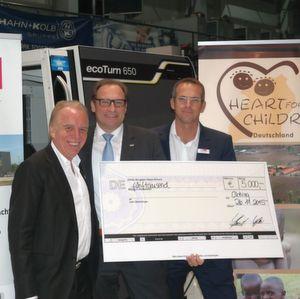 """Einen Scheck über 5000 Euro überreichen Herbert Schmidt (Bild links) und Holger Kösler (Bild rechts) von Gläsener + Schmidt an Matthias Weigele für """"Heart of Children""""."""