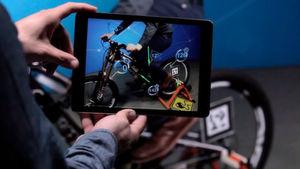 Ein Beispiel für Augmented Reality: Das Tablet zeigt das reale Bike wie eine Kamera, aber ergänzt um zusätzliche Informationen – mithilfe von Vuforia.