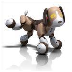 """Der interaktive Roboter-Hund Zoomer TM Bentley 2.0. hat es in sich: In diesem Freund steckt tierisch viel High-Tech und dennoch wirkt er wunderbar natürlich. Der kleine Beagle lernt und versteht jetzt sogar 50 verschiedene Kommandos. Dank seiner hochmodernen Geräusch- und Bewegungssensoren ist er extrem """"lernfähig"""" und geschickt. Wenn er sich freut, wedelt er ganz aufgeregt mit dem Schwanz, rollt sich von einer Seite auf die andere, stellt sich tot oder spielt sogar Ball."""